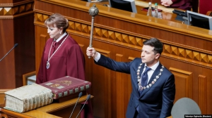 Źródło:https://www.reuters.com/article/us-ukraine-inauguration/new-ukraine-president-zelenskiy-dissolves-parliament-idUSKCN1SQ0NG